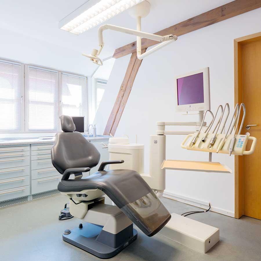 Behandlungsraum Praxis Dr. med. dent. Hermann Angel